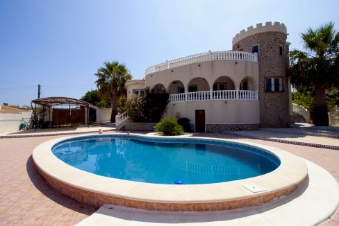 4 Bedrooms Villa on a large plot with Spectacular Golf Views For Sale