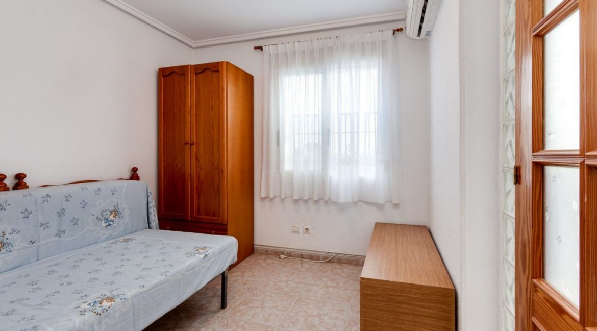 3 Bedrooms Upstairs Bungalow For Sale With Solarium And Pool In Mar Azul Torrevieja (6)