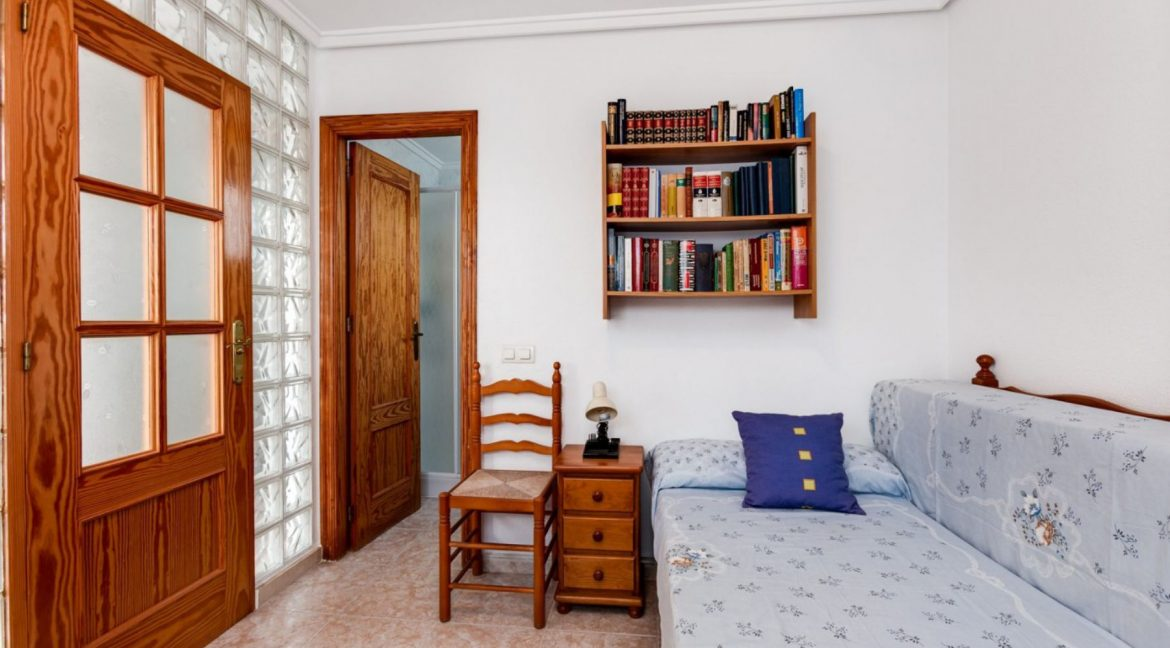 3 Bedrooms Upstairs Bungalow For Sale With Solarium And Pool In Mar Azul Torrevieja (7)