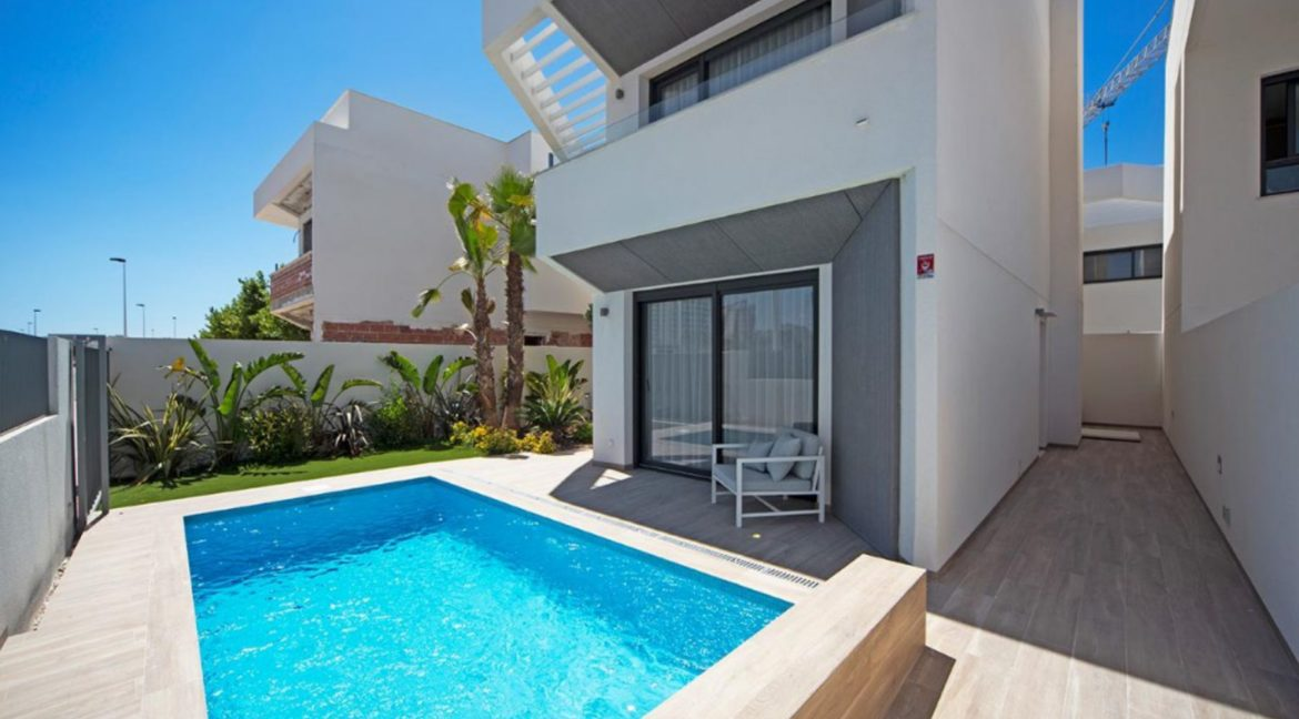 3 Or 4 Bedrooms Villas For Sale With Swimming Pool Just 350 Meters From The Sea In Torrevieja (37)
