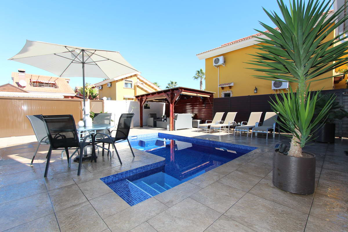 Detached 3 Bedrooms Villa with Private Swimming Pool For Sale in Guardamar