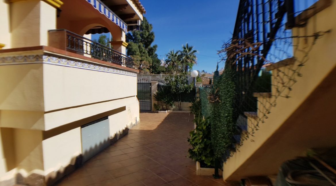4 Bedrooms House For Sale in Torrevieja With Swimming Pool (8)