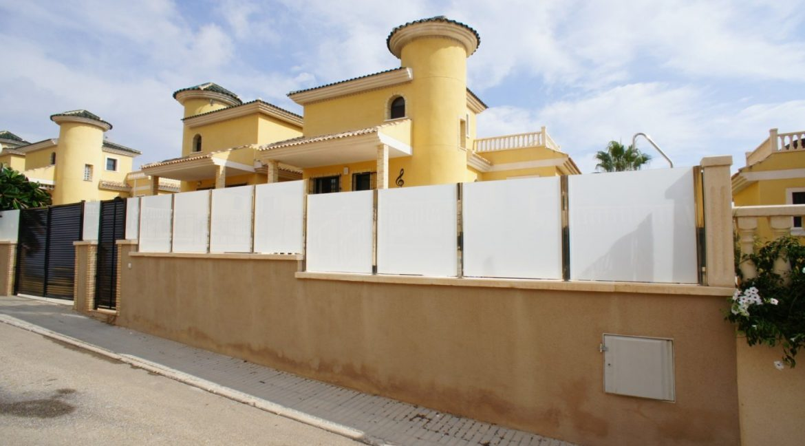 4 bedrooms independent villa with swimming pool for sale in Orihuela Costa (18)