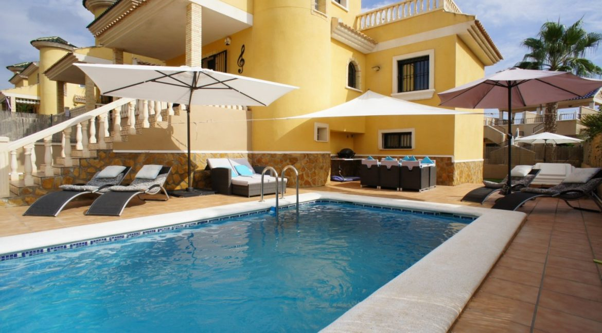 4 bedrooms independent villa with swimming pool for sale in Orihuela Costa (2)