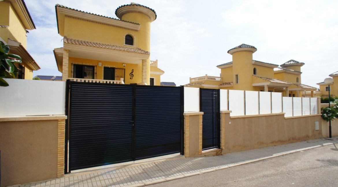 4 bedrooms independent villa with swimming pool for sale in Orihuela Costa (3)