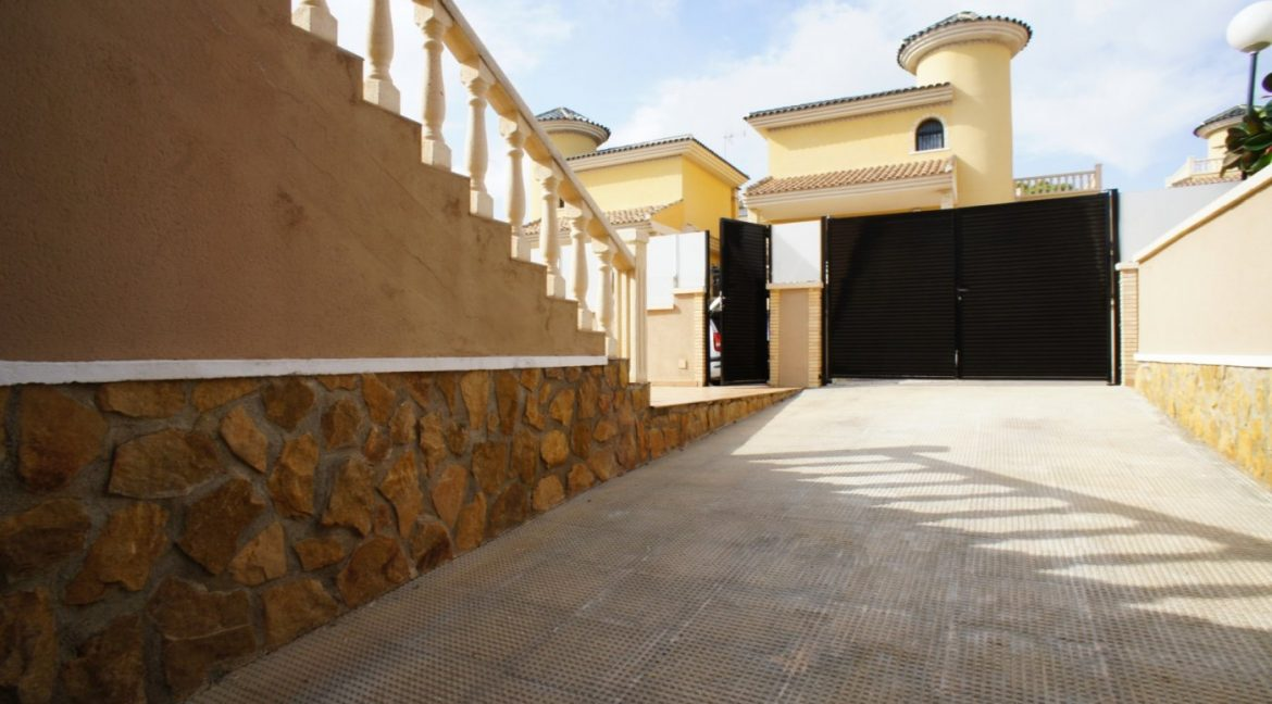 4 bedrooms independent villa with swimming pool for sale in Orihuela Costa (53)