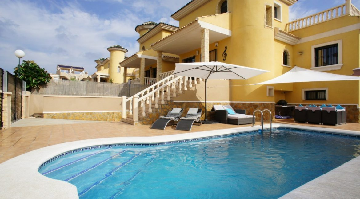4 bedrooms independent villa with swimming pool for sale in Orihuela Costa (6)