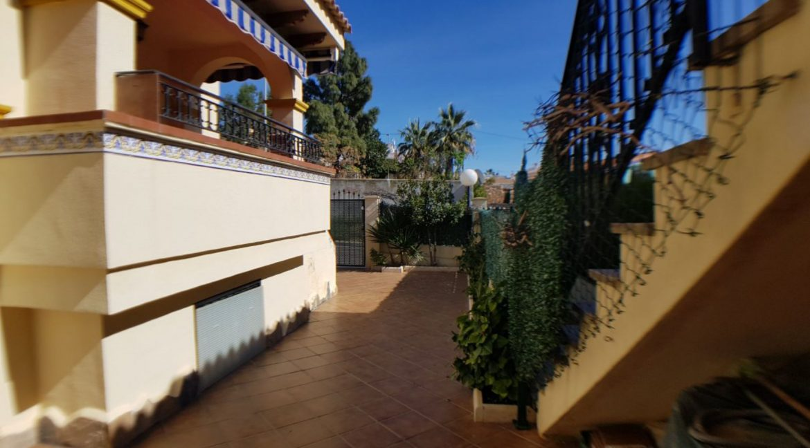 4 Bedrooms Bungalow For Sale With Large Private Garden In Torrevieja (11)