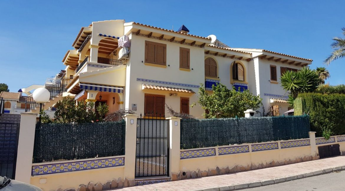 4 Bedrooms Bungalow For Sale With Large Private Garden In Torrevieja (6)