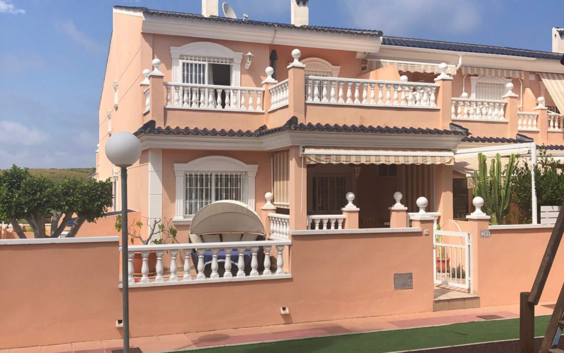 3 Bedrooms Villa For Sale with Private Garden and Swimming Pool in Gran Alacant