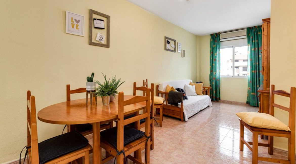 One Bedroom Apartment For Sale with Communal Pool in the Center of Torrevieja (11)