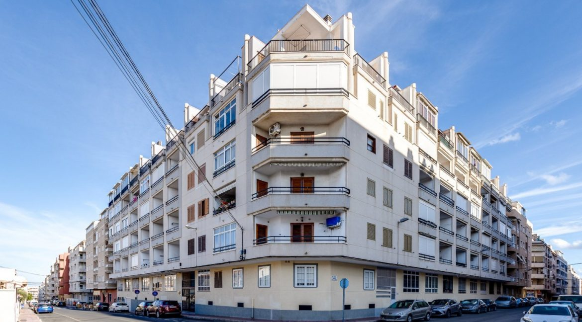 Studio For Sale in Torrevieja with Terrace and Swimming Pool (1)