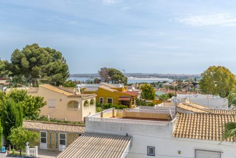 4 Bedrooms Independent Villa with Swimming Pool For Sale in Los Balcones - Torrevieja