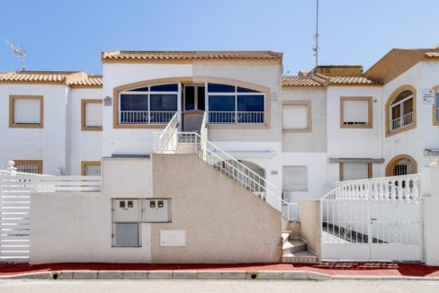 2 Bedrooms Upstairs Bungalow with Pool For Sale in Torrevieja (10)