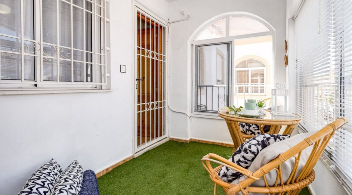 2 Bedrooms Upstairs Bungalow with Pool For Sale in Torrevieja (13)