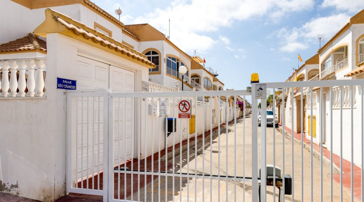 2 Bedrooms Upstairs Bungalow with Pool For Sale in Torrevieja (21)