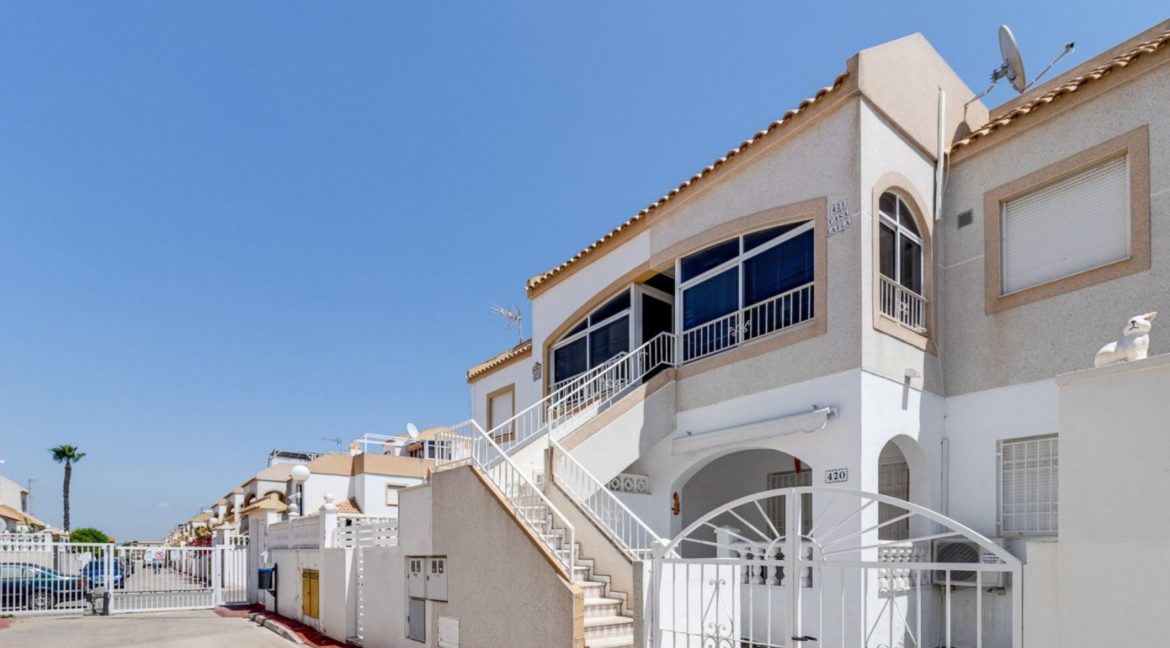 2 Bedrooms Upstairs Bungalow with Pool For Sale in Torrevieja (22)