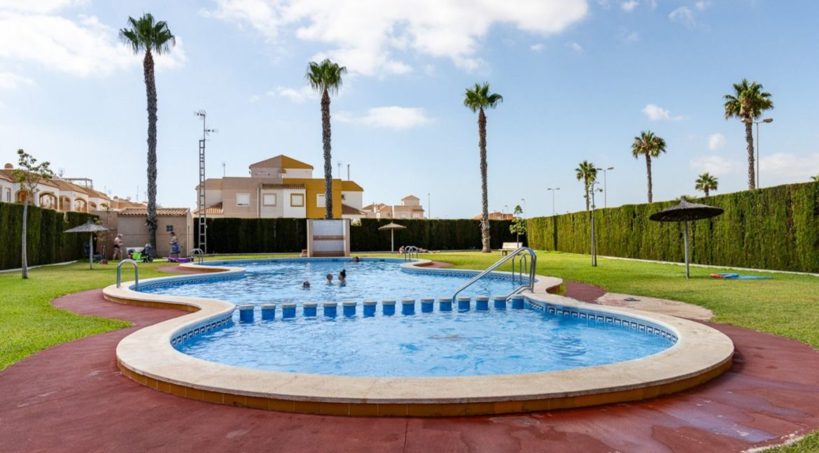 2 Bedrooms Upstairs Bungalow with Pool For Sale in Torrevieja (5)