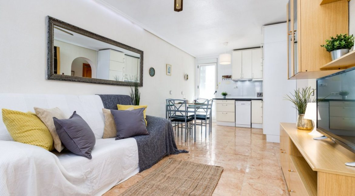 2 Bedrooms Upstairs Bungalow with Pool For Sale in Torrevieja (6)