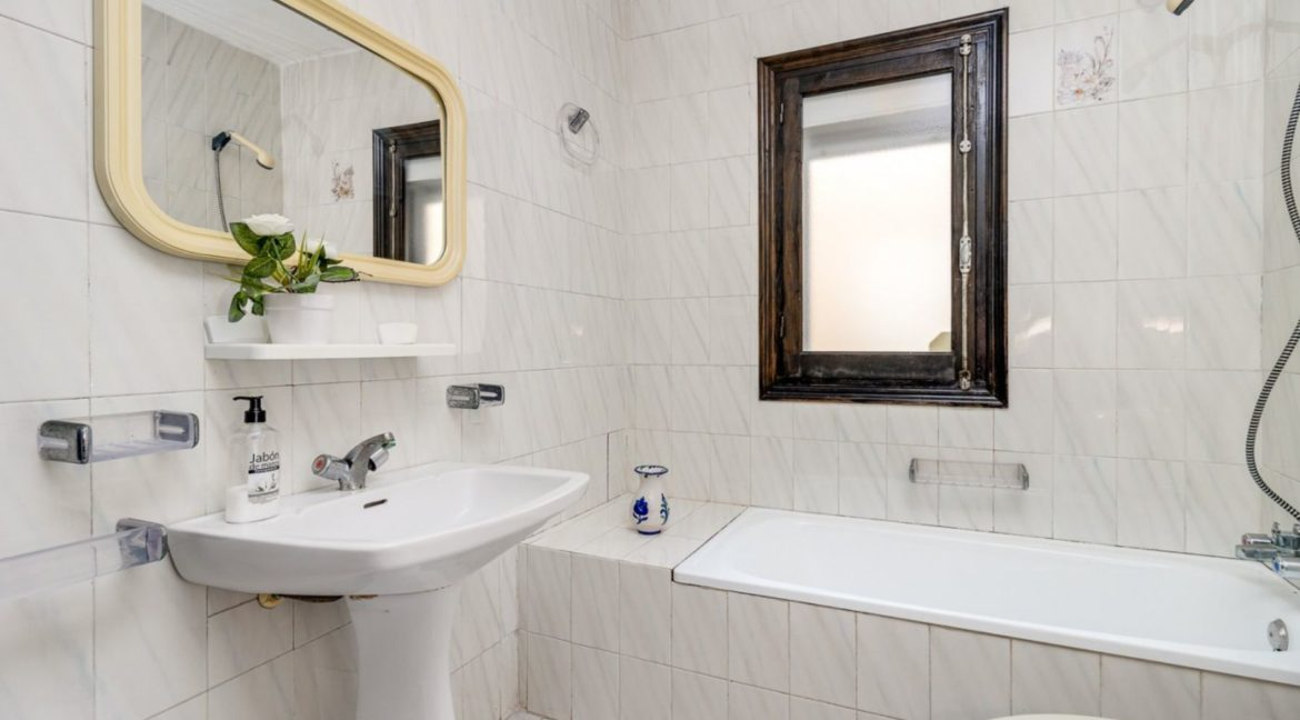2 Bedrooms and 2 Bathrooms Apartment For Sale with Sea View in Torrevieja (33)